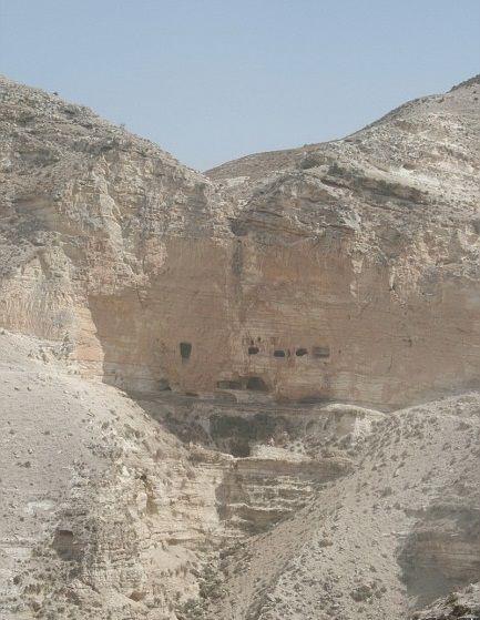 [Cave de Sueth]. No outono de 1182, Damasco foi deixada apenas levemente defendida, e o Rei Balduíno IV tirou vantagem disso realizando um extenso ataque. Ele primeiro atacou os arredores da cidade, depois cavalgou para Bosra, noventa milhas ao sul, a primeira parada na estrada do deserto de Damasco ao Egito. Embora Balduíno não tenha conseguido capturá-la, sua força, retornando para a Galileia, através do vale Yarmuk, recapturou a grande fortaleza caverna de al-Habis Jaldak.