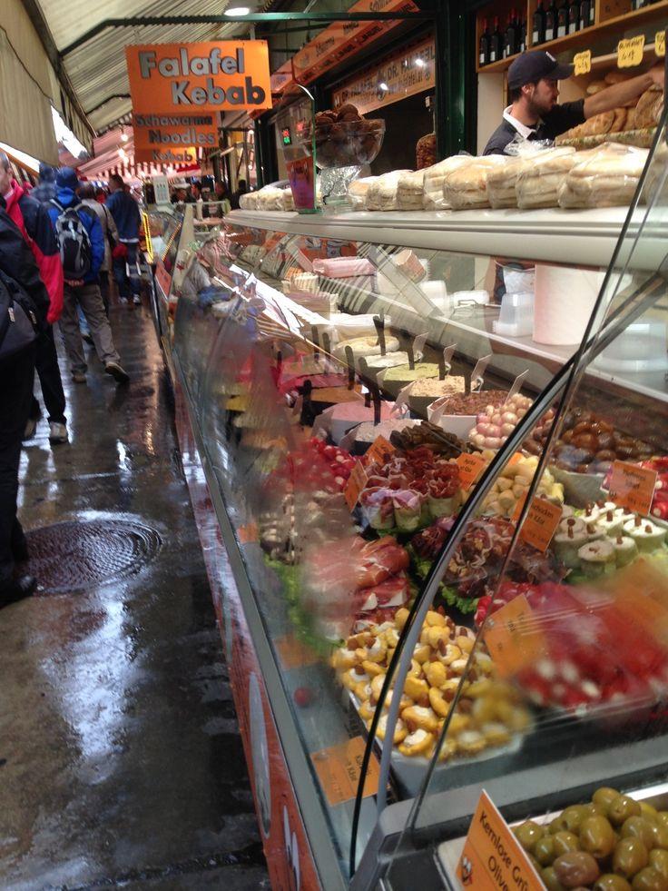 Naschmarkt - WienDe Naschmarkt is de grootste markt van Wenen. Door de week staan hier tientallen kraampjes met verse producten (zoals groente, fruit, vlees,...), met ook veel internationaal getinte kraampjes. Een levendige bedoening! Op zaterdag wordt er een vlooienmarkt gehouden. In de buurt van de markt liggen veel restaurantjes waar je lekker kunt eten.
