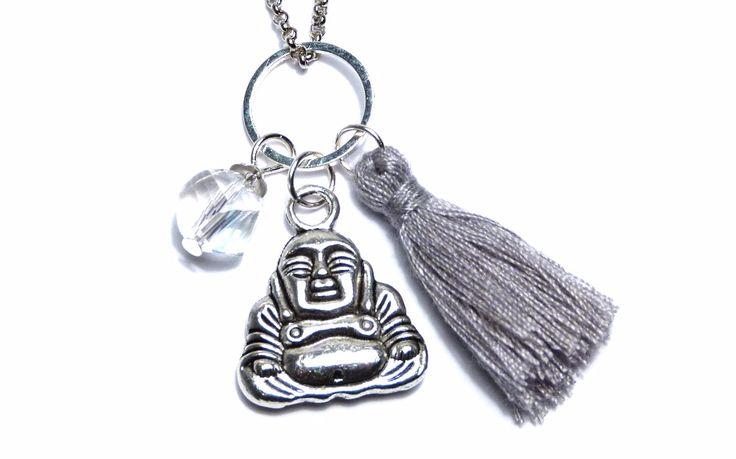 €17.00 Charm Kette - Perle & Quaste Diese zeitlose Charm Kette zeichnet sich durch ihre feinen Details aus.  Sie hat einen wunderschönen puristischen Ring als Anhänger. An diesem Ring befindet sich eine facettierte transparente Perle,  sowie eine Quaste in hellgrau. Ein Buddha mit filigranen Details rundet das Gesamtbild der Charm Kette ab.  Die Kette besteht aus einer antik-silberfarbenen Gliederkette, die mit einem kleinen Karabiner geschlossen wird.