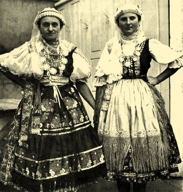 15-11-11  Young women in their best clothes  Érsekcsanád, Bács-Kiskun County | Inspiration for raredirndl.com