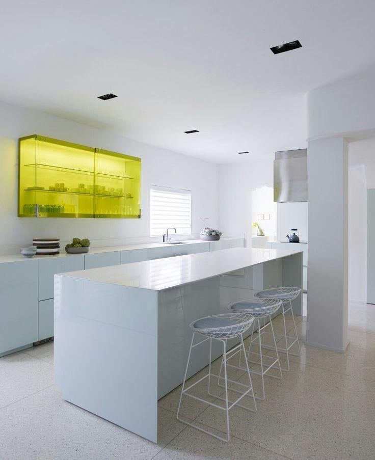 Miami art deco huis met lichtblauwe keuken,  cesarstone aanrecht, verlichte plexiglas kast en pastoe krukken