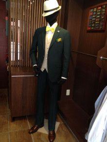 【挙式用タキシード】シックなグリーンのタキシード。見本を店頭に展示しています。|ベトナム大好きGEN(元)の一言|結婚式の新郎タキシード|新郎衣装はメンズブライダルへ -4ページ目