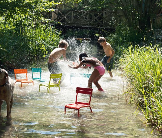 Fermob luxembourg salon de jardin pour enfant kids. Bataille d'eau et chaise luxembourg de fermob