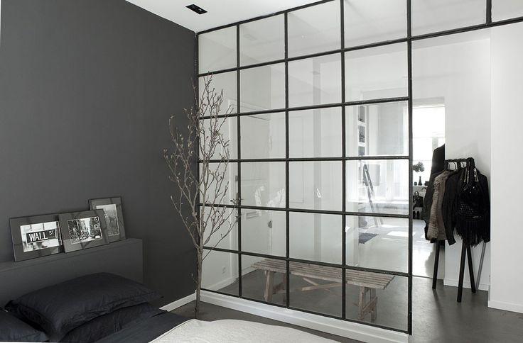 Elsker denne væg - der op deler soveværelse og walk in clouset der samtidig giver en følelse af sammenhæng og luft i rummet.