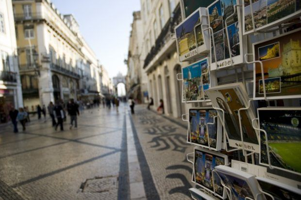 Duas ruas portuguesas  entre as mais bonitas do mundo (Lisboa e Porto ) .