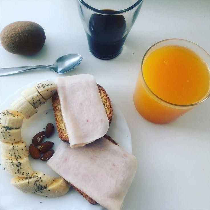 Los viernes me tomo muy en serio eso del desayuno energético... Para mi son muy largos ! . ...#heathy  #breakfast #fruit #color  #breakfast #sunday #bananas #kiwi #almond  #coffee #coffeetime #goodvibes #peace #fruits #coleurs #dimanche #manger #alimentation #paleo #igers #hunting #vegetables #vegetarioan #process by rocio_lina