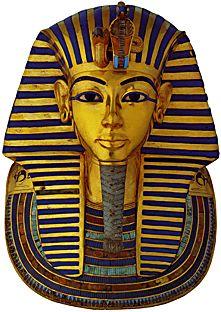 maschera funeraria di Tutankhamon, ca 1325 a. C. Oro, lapislazzuli, smalti e pietre dure. Dalla Valle dei Re, Tebe Ovest, Il Cairo, Museo Egizio.