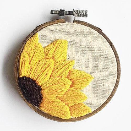 ¡Un mano bordados girasol aro para poner un pequeño sol en cualquier espacio! 3 aro con hilo de algodón 100% Viene con una cadena de cobre bronceada __________________________________________ Debido al costo de envío seguimiento con Canada Post, aros todos serán enviados sin