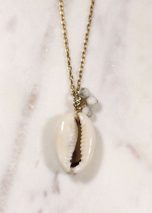 Collier avec un coquillage naturel (cauris) et 3 petites pierres