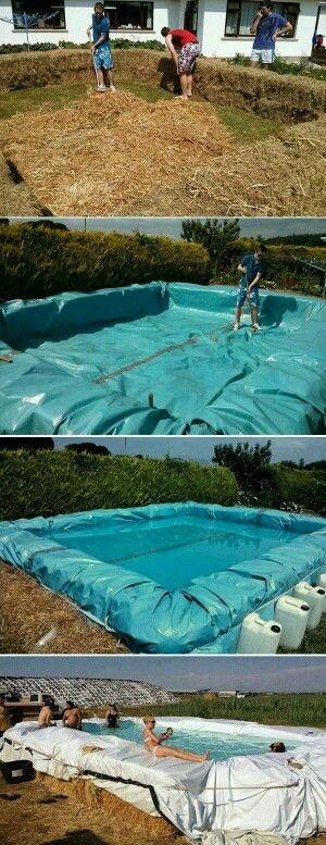 La piscine avec  des bottes de paille