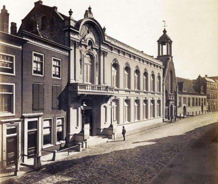 De Stadsgehoorzaal aan de Breestraat, met in het verschiet de Waalse Kerk (1873). Het pand brandde in 1889 af, waarna in 1891 op dezelfde plek een concertzaal naar nieuw ontwerp verrees.