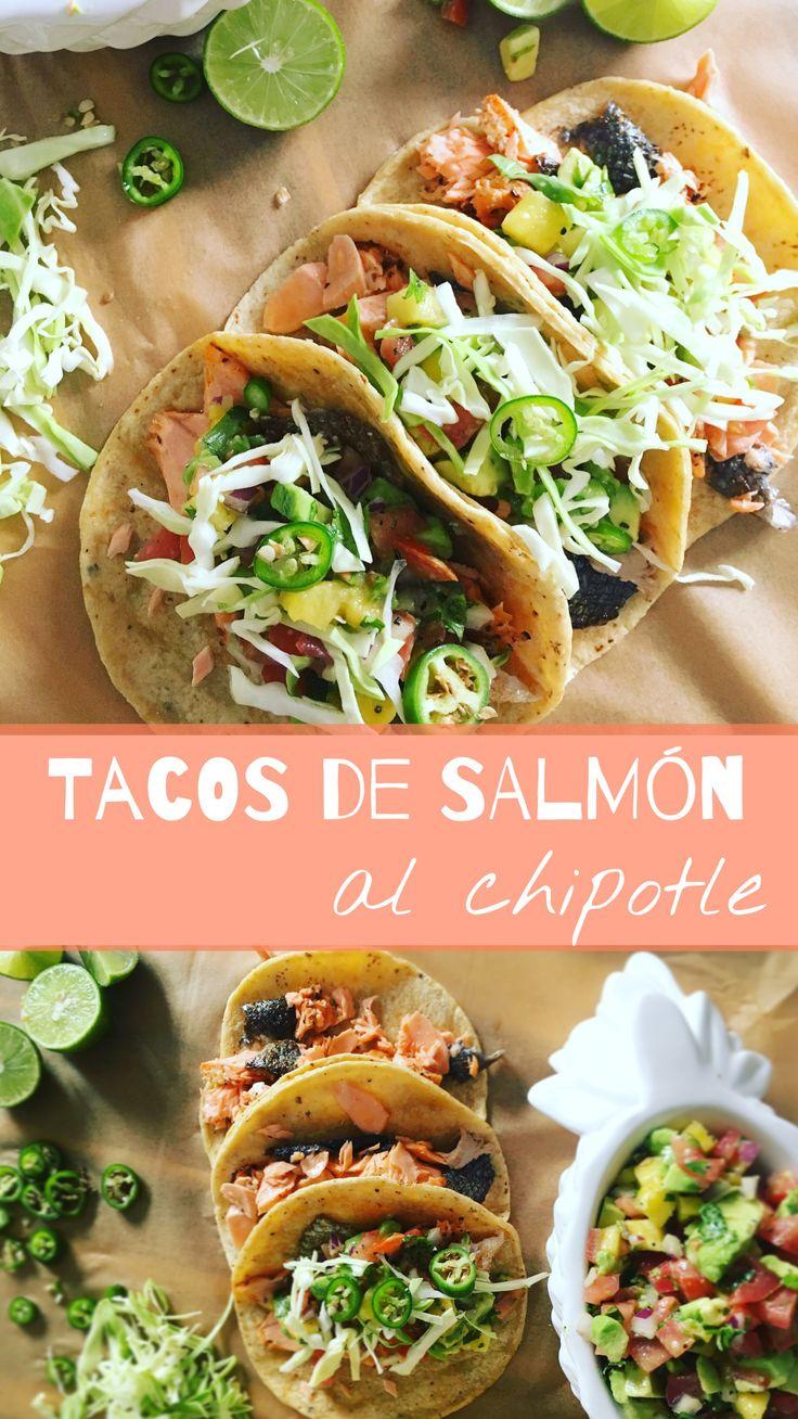 Tacos de salmón adobado con un toque de chipotle, servidos con una fresca salsa pico de gallo con aguacate y piña, con rodajitas de chile serrano, repollo y limón.
