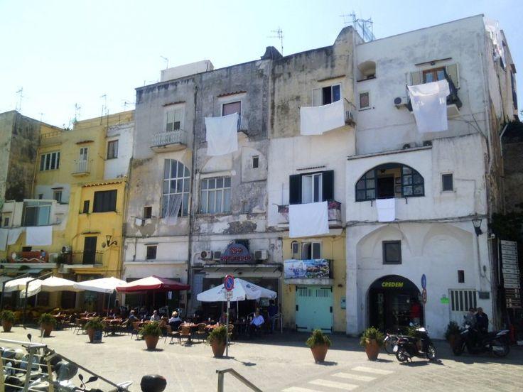Lenzuola bianche penzolano, in segno di protesta, davanti ai balconi delle case colorate. Poi, a un tratto, le campane a lutto squarciano, all'unisono, il