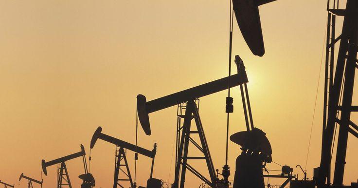 Métodos de determinación de la calidad del petróleo. El petróleo crudo es la sustancia líquida que se produce naturalmente en y debajo de la superficie de la tierra que es resultado de muchos años de calor y presión. Pero no todo el petróleo crudo sale de la tierra misma. Algunos son de una calidad superior a los demás, por lo que los expertos de la industria petrolera utilizan varios métodos para ...