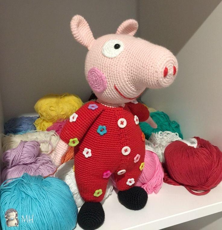 Peppa Pig amigurumi con el correspondiente patrón, ideal para regalar a los más pequeños de la cas.