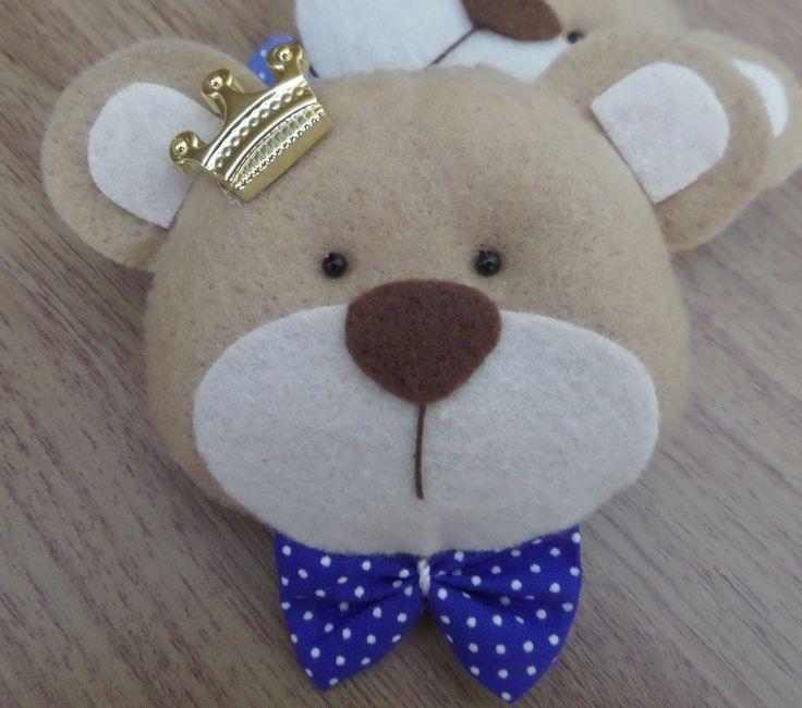 Urso confeccionado em feltro com detalhes em coroa de ABS e gravata em tecido. Aromatizado caso deseje.  Medida de 9 cm.  Fazemos personalizado na cor desejada.