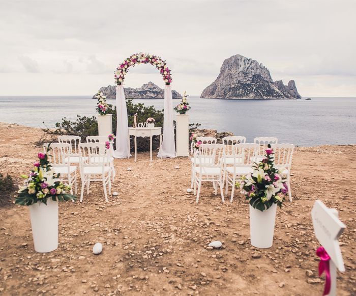 Boda ibicenca con Esvedrà de fondo. // Esvedra background at your wedding day. #BarceloWeddings