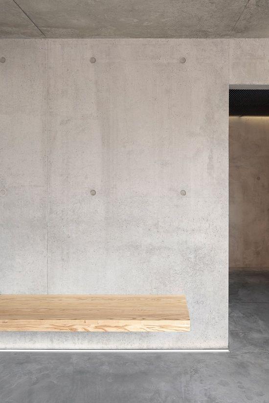Бетонная стена и деревянная скамья