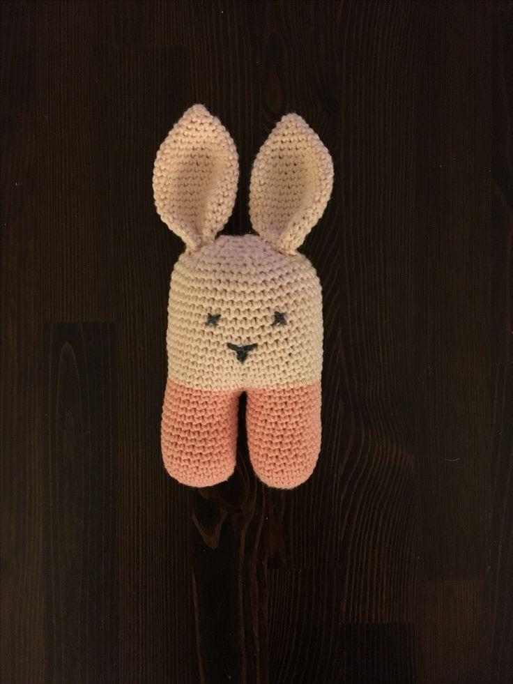 Hæklet kaninrangle med rasledåse i maven og knitrepapir i øret