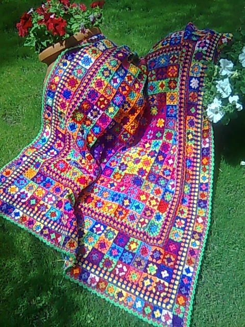 Inspiration :: Granny squares are set off nicely with bordering rounds. Wish i had someone to do this for me.