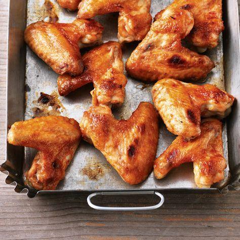 Chicken Wings - auch Hähnchenflügel genannt - werden besonders knusprig, wenn man sie vor dem Backen mit einer würzigen Marinade einreibt.