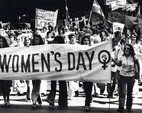 những người phụ nữ xuống phố biểu tình cho quyền bình đẳng của nữ giới