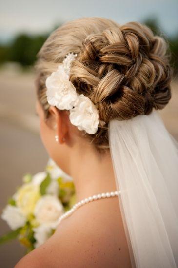 #Acconciatura sposa raccolta ed elaborata con fiori bianchi. Scopri altre acconciature sposa: http://www.matrimonio.it/collezioni/acconciatura/2__cat