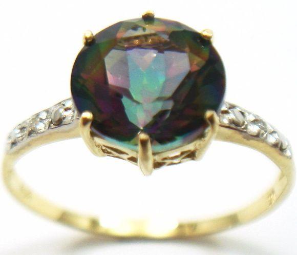 Gouden Ring gezet metMystic Topaz van 1.60ct en 2 Diamanten 0.085ct  Het goudgehalte ( < 14 k) van dit sieraad is BWGG (beneden wettelijk goud gewicht) in sommige landen. - 2 Briljant Geslepen Diamanten / Totaal: 0.085 ct - Helderheid: P1 - Kleur: L - Totaal gewicht: 1.29 gram - 1 Mystic Topaz 1.60 karaat 8 mm Square slijpsel - Ringband dikte: 2.0 mm - Ringkop dikte: 4.3 mm - Conditie: puntgaaf en in goede staat Ringmaten: (volgens internationaal schema) - Binnen diameter: 17.5 FR = 13.5 EU…