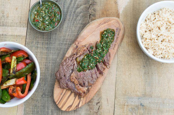 Recept voor zelfgemaakte Argentijnse beef chimichurri zonder pakjes en zakjes. Heerlijke biefstuk met een groene salsa en verse groenten.