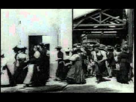 BUON COMPLEANNO CINEMA - Il primo film proiettato dai fratelli Louis e Auguste Lumière, il 28 dicembre 1895,, i quali mostrarono per la prima volta, al pubblico del Gran Cafè del Bou...