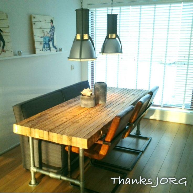 Tafel van balken op zijn kant 5 5x10 14cm met steigerbuis geeft een stoere maar sfeervolle - Tafel woonkamer van de wereld ...