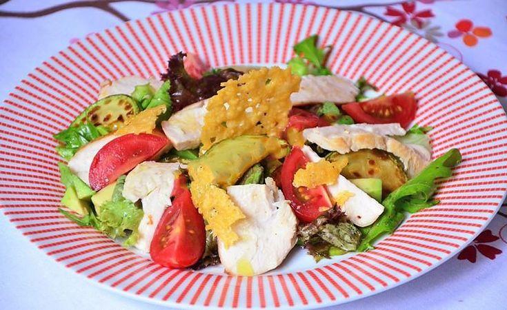Салат с курицей авокадо и кабачком