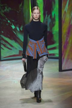 New York Fashion Week Report A/W 2015/16:   Die Kollektion von Thakoon ist ein Mix aus zwarten Materialien und dicken Stoffen, wie zum Beispiel die Kleider zusammen mit einer Fellstola. Erdige Töne und einige Glitzerakzente ergeben eine tolle tragbare Kollektion.