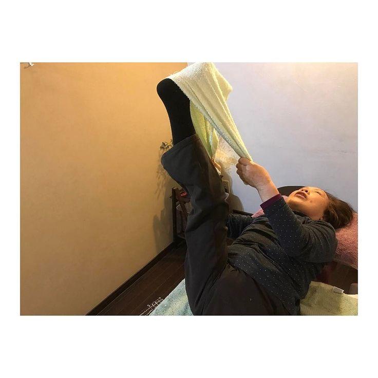 御年77歳 最強77歳 週1 #美容整体 に通ってあります  この足の上がり方 この柔軟性は素晴らしいね 腰も膝も痛くないんだよー これこそ若さの秘訣ではないかなー #リラクスペースmano  #グレイスフルボディメイキング