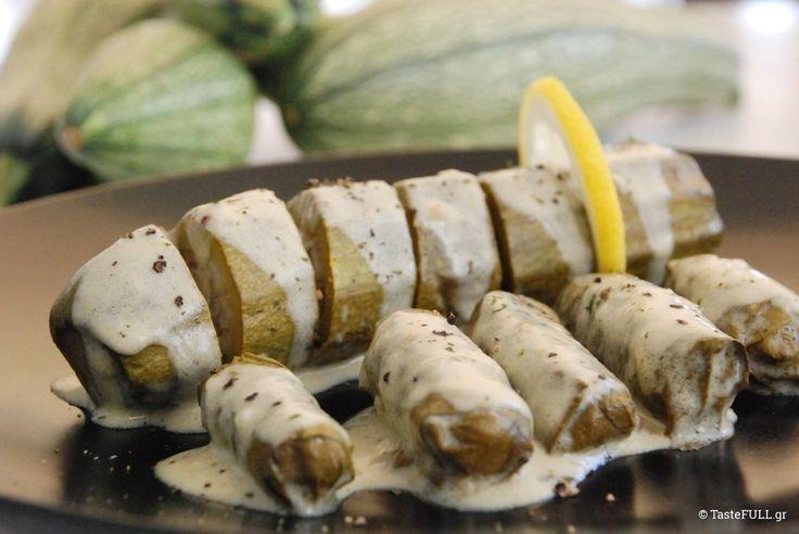 Κολοκυθάκια γεμιστά παρέα με ντολμαδάκια από αμπελόφυλλα, στην ίδια κατσαρόλα, με σάλτσα αυγολέμονο.