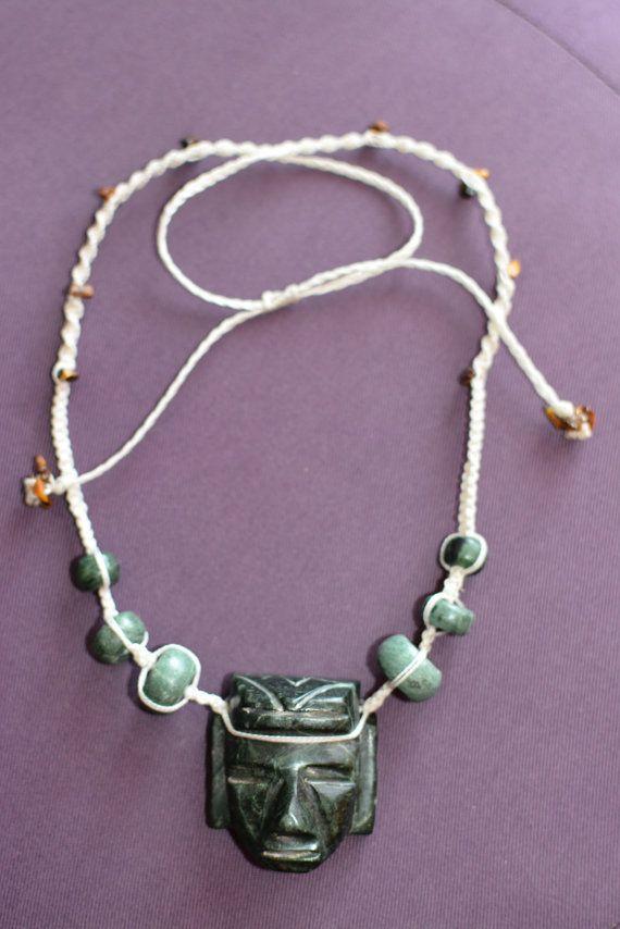 Collier, pendentif guerrier aztèque du Mexique et perles de jade du Mexique, cordon blanc macramé réglable. plusieurs couleurs de cordon