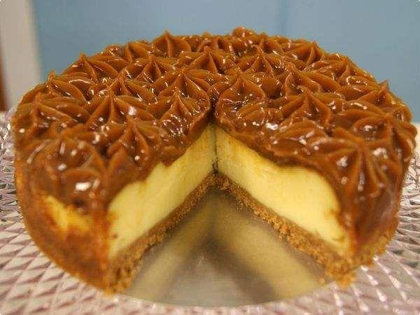 Cheesecake de doce de leite prático - 200g (1 pacote) de biscoito maizena 1 e ½ colher (sopa) de manteiga 1 lata de leite condensado 300g (2 embalagens) de cream cheese 4 ovos Doce de Leite à gosto