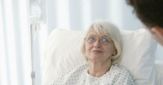 La enfermedad de Parkinson es degenerativa y afecta al movimiento. Habitualmente el Parkinson se presenta en personas mayores de 60 años, aunque en algunos casos puede empezar en edades más tempranas, como la juvenil, que inicia aproximadamente a los 20 años, y otra temprana, antes de los 40, indicó Lilia Núñez Orozco, profesora de la Facultad de Medicina de la UNAM. No tiene una causa conocida, pero se produce porque se degeneran las neuronas que se encuentran en una estructura cerebral…