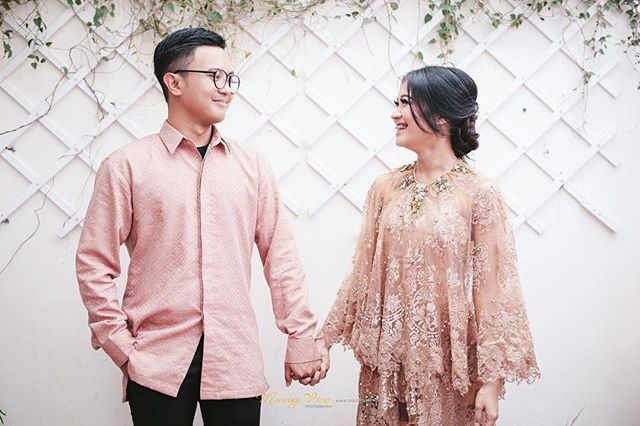✨ Happy engagement Make up by @muhdiarafika Wardrobe by @the.alees Photos by…