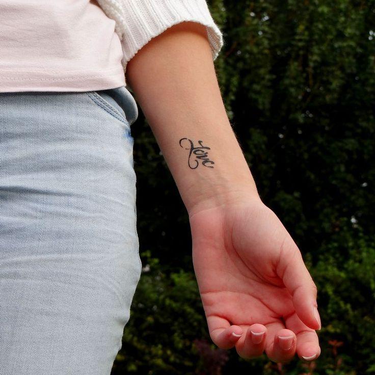 tatouage du mot love sur le poignet tatouage temporaire pinterest tatouage de la le. Black Bedroom Furniture Sets. Home Design Ideas