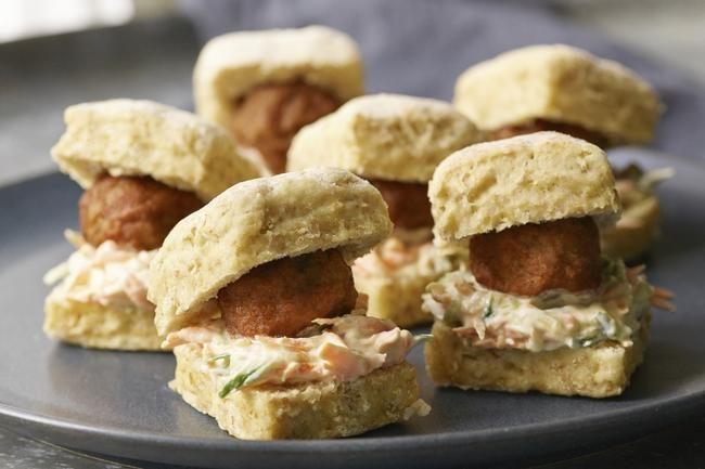 Lammeboller i soft scones med gulrot- og agurkslaw