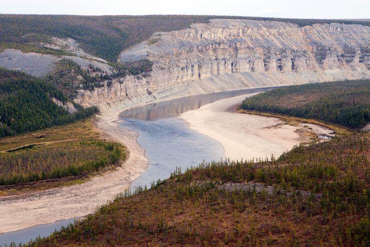 Плато Анабар – одно из древнейших на Земле горных плато. Оно находится на Северо-Востоке Среднесибирского плоскогорья на территории, ограниченной с востока — нижнем течением Лены, с запада — горным массивом плато Путорана. Это куполообразный выступ древнего фундамента Сибирской платформы, сложенный гнейсами, кристаллическими сланцами архея. Его возраст — более 3 млрд. лет, то есть близкий к возрасту древнейших пород земли.