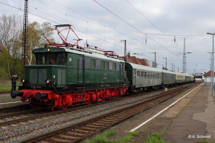 Sonderzug zur 160jahrfeier der Strecke Leipzig -Großkorbetha mit der E44 044. Aufgenommen am 17.04.2016 auf dem Bahnhof in Großkorbetha.