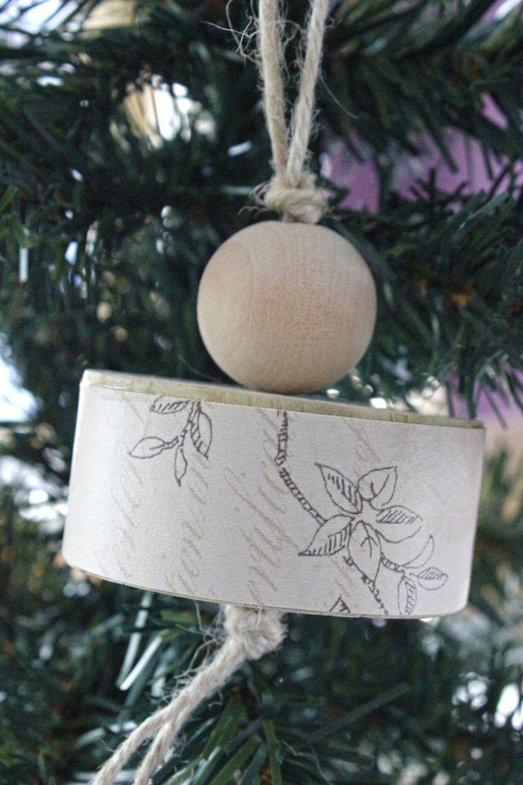 Decorazione natalizia da appendere all'albero di Natale creata in legno e carta da parati con stampa vintage. di IlluminoHomeIdeas su Etsy