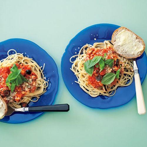 栗原はるみのトマトソース トマトソース 材料(6カップ分)  トマト(完熟)…5~6個(800g) トマトの水煮…2缶(800g) にんにく…2片 オリーブ油…大さじ3  【作り方】  [1] 【トマトソース】を作る。  トマトはヘタを取り、6~8つ割りにする。  [2] にんにくは半割りにし、芯を取りつぶす。  [3] フライパンにオリーブ油とにんにくを入れて熱し、にんにくが色づいて香りが出たら、[1]のトマトを加え、形がくずれてくるまで炒める。  [4] トマトの水煮を加え、再び煮立ったら中火で軽くトマトをつぶしながら混ぜ、15分くらい煮る。  ※保存する場合は粗熱を取り、保存容器に入れて冷蔵庫で保存する。なるべく早めに使いきり、すぐ使わない場合は小分けにして冷凍保存がおすすめです。
