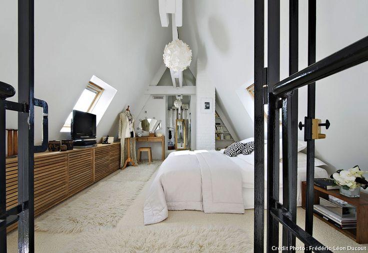 loft-sous-toit-paris-mezzanine-vitrage-atelier-chambre-toute-blanche-mur-briques-apparentes-tapiss-fourrure-blanche                                                                                                                                                                                 More