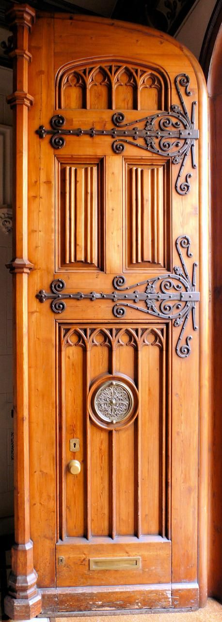 Hinged door in Barcelona