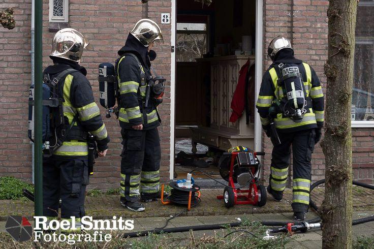 11-03-2013 – Den Bosch – Jan Smekenstraat – Woningbrand Maandagochtend rond de klok van 11.45 uur kreeg de brandweer van Den Bosch een melding van een woningbrand aan de Jan Smekenstraat in die stad. De brandweerlieden rukten uit met een ladderwagen en een blusvoertuig. Bij aankomst bleken de bewoners van het pand niet aanwezig te zijn, hierop heeft de http://roelsmitsfotografie.nl/?p=132134