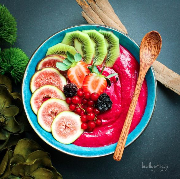 Raspberry Oat Smoothie Bowl by @healthyeating_jo - Sweeter Life Club