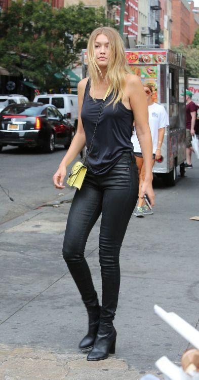 Gigi Hadid, look all black, todo preto, blusa regada, calça preta, ankle boot preta.